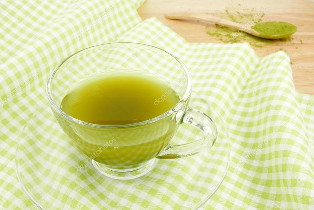 Yeşil çay ile göz çevresi bakımı